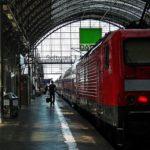 Person am Bahnhof