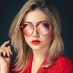 Frau mit roter Brille