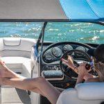 Frau auf Yacht
