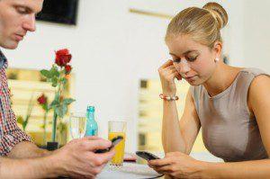 Junges Paar beschäftigt sich mit Smartphones