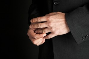 Untreue - Mann nimmt seinen goldenen Ehering ab