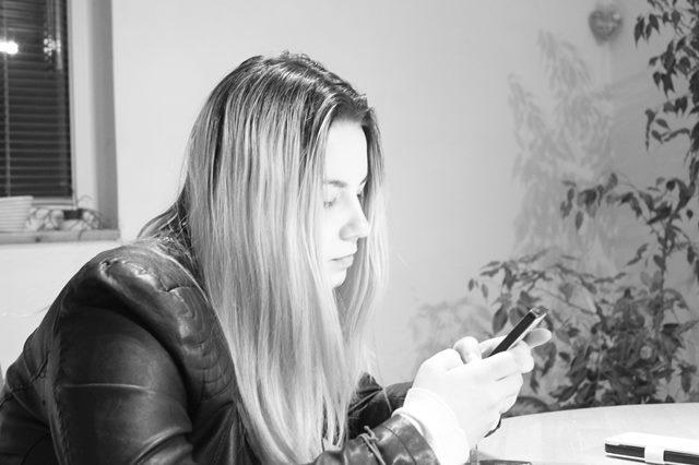 Frau schaut aufs Handy