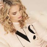 Blonde Frau grübelt