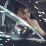 Frau sitzt traurig im Auto