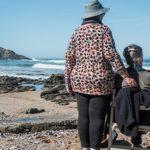 Ältere Menschen am Strand