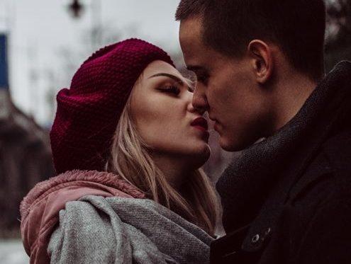 Paar vor einem Kuss
