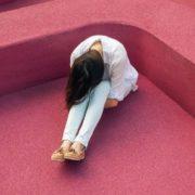 Frau auf rotem Teppich