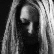 Frau auf schwarz-weiß-Bild