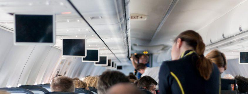 Passagiere und Stewardess