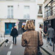Frau auf Straße in Stadt