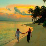 Paar unter Palmen